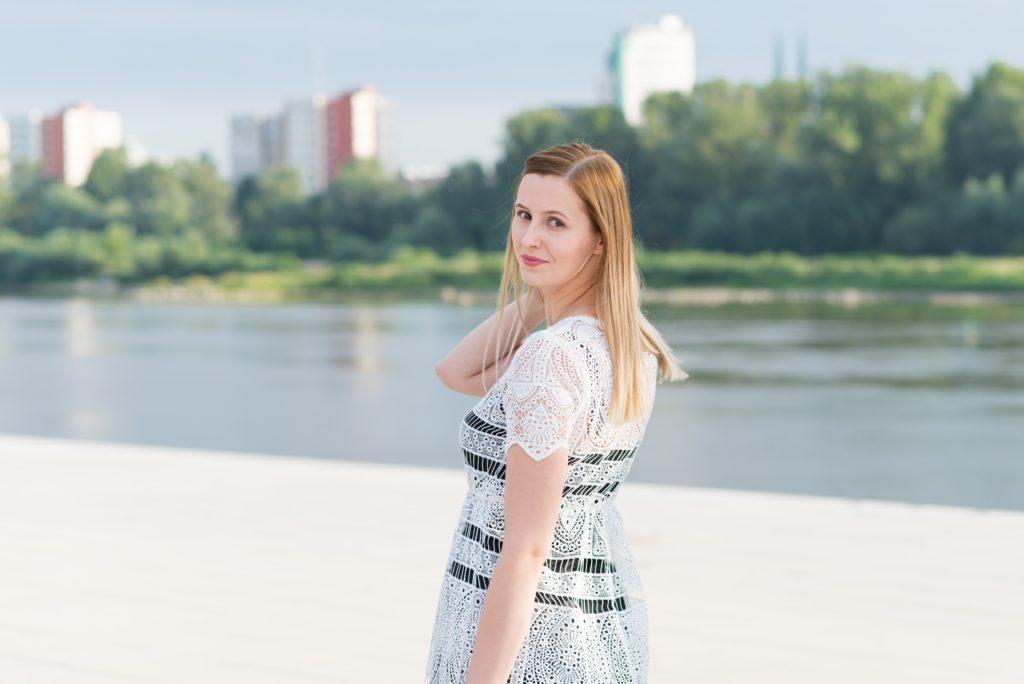 Biała koronkowa sukienka Reserved Aleksandra Pakuła