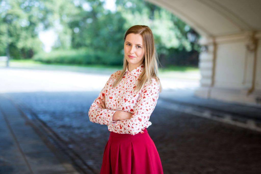 Aleksandra Pakuła - Get the life - czerwona spódnica i biała koszula