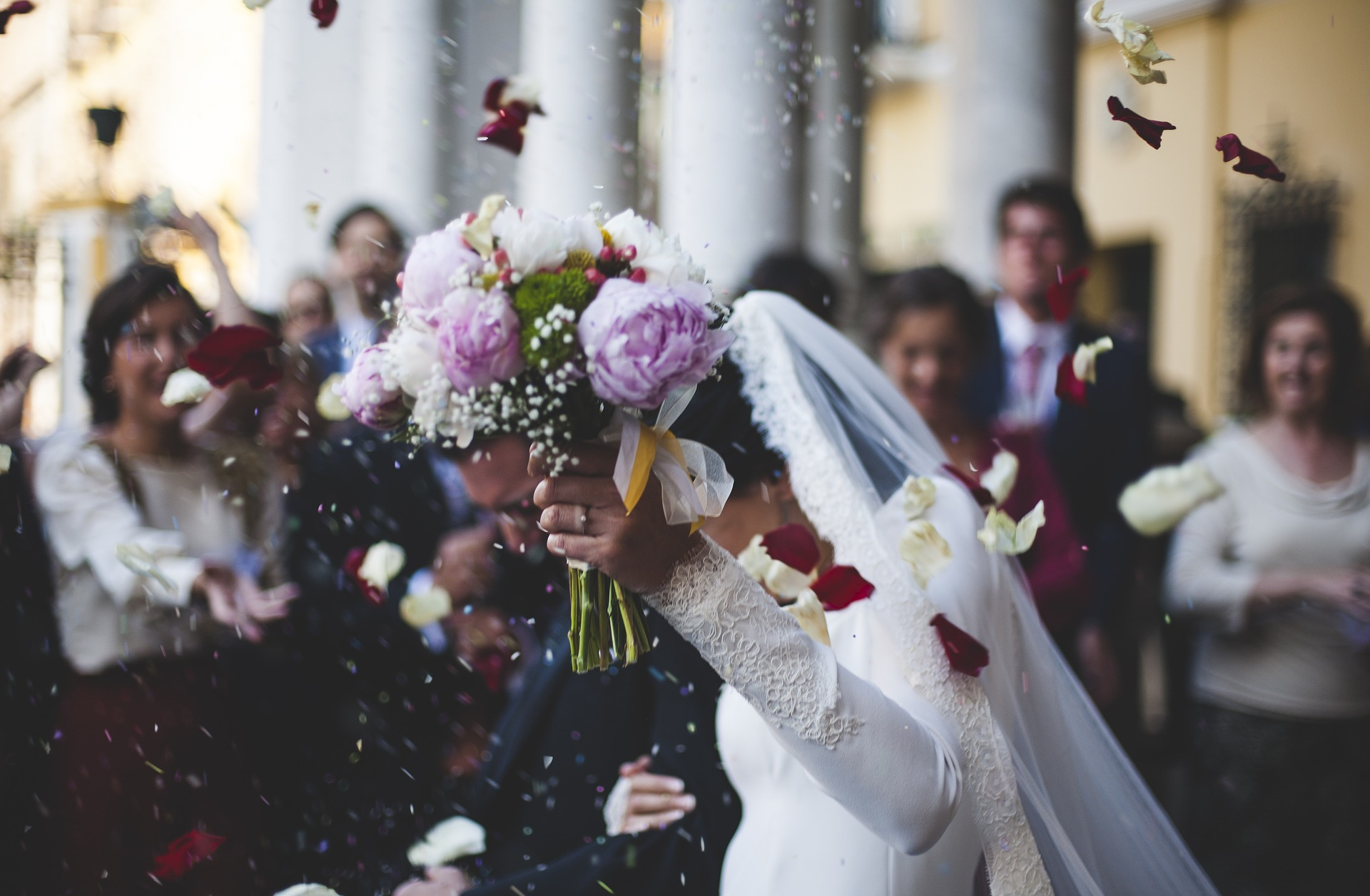 Poradnik ślubny - czy para młoda ma obowiązek zapłacić za nocleg, wręczyć osobiście zaproszenia i kupić pożegnalny prezent?