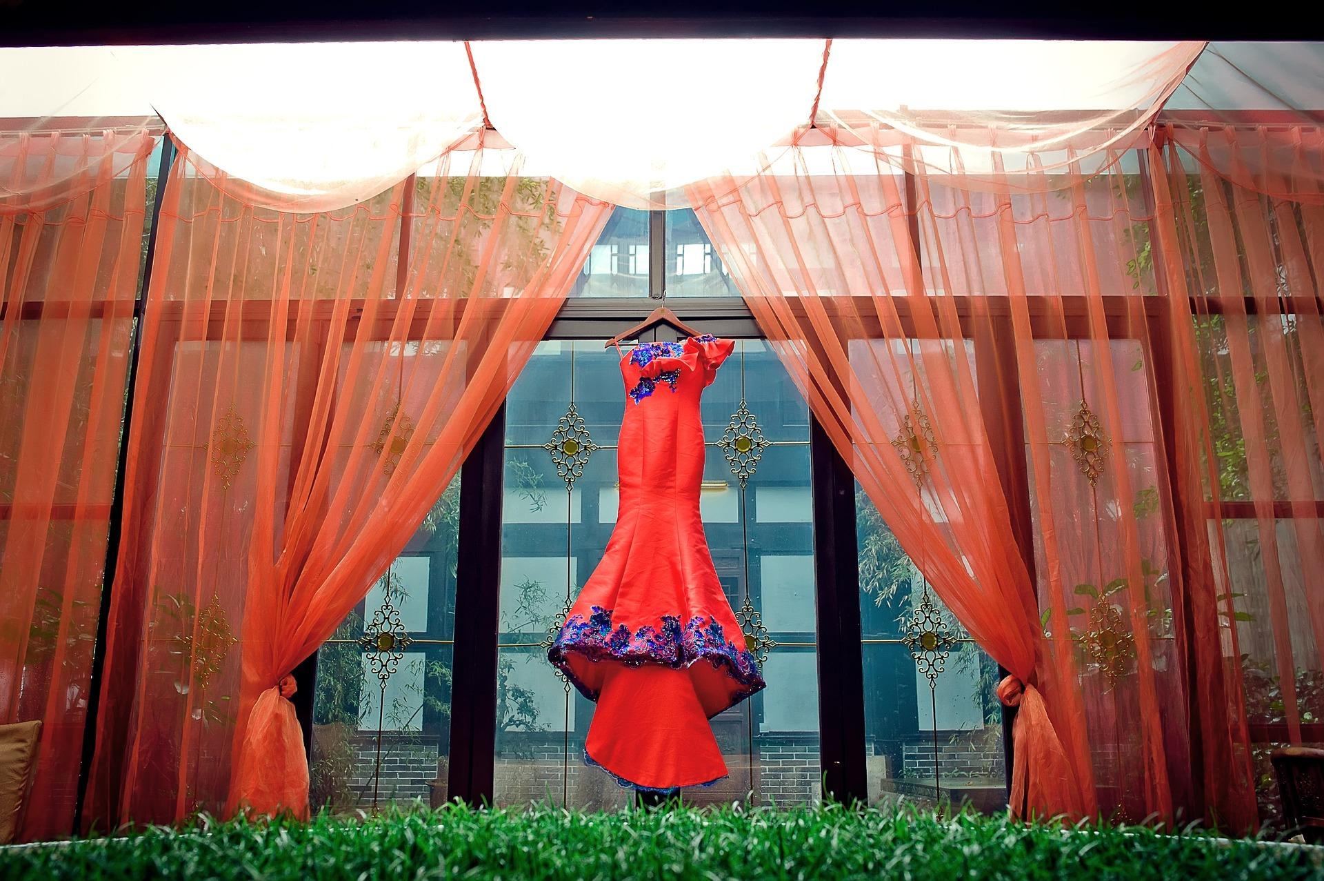 Czerwona suknia - strój wieczorowy i strój formalny wieczorowy