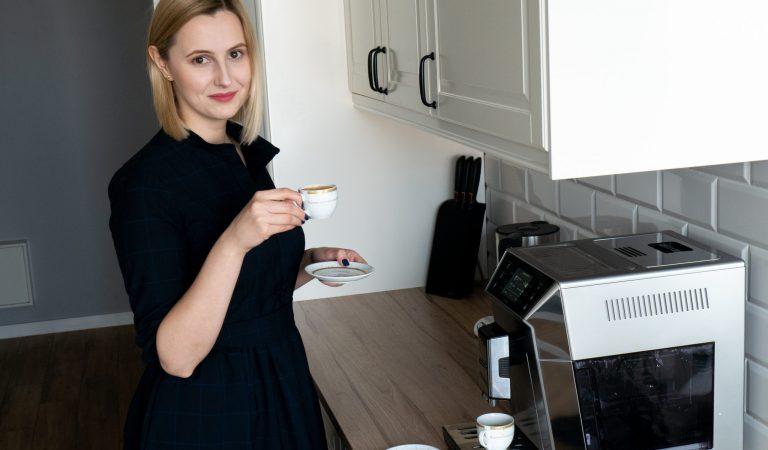 Aleksandra-Pakula-Jak-podawać-gościom-kawę-zdjęcie-glówne-scaled.jpg